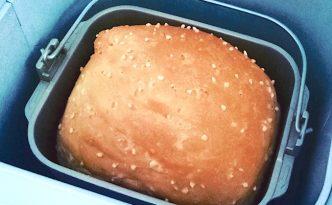 Roti Tawar dengan beras yang mengapung di permukaan roti
